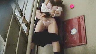 【盗撮】マンションの階段の踊り場で女子校生を襲撃して触り倒してる猥褻犯の犯行現場♪