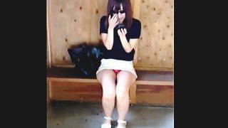【盗撮動画】田舎の駅舎にいたミニスカグラサン女子に道を尋ねてパンチラも頂いた奇跡の軌跡♪