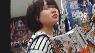 【盗撮】逆さ撮りで判明!ボーダーシャツにボーダーパンティ合わせてるエグイコーデの女の子♪