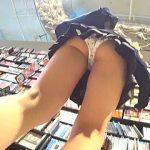 【盗撮】レンタルDVD店でナイスアングルでパンチラを提供してくれてるミニスカ女子校生♪