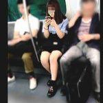 【盗撮動画】電車内で見かけた女子学生を逆さ撮りしたら結構攻めてるパンチラで超ラッキー♪