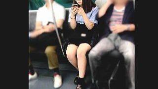 【盗撮】電車内で見かけた女子学生を逆さ撮りしたら結構攻めてるパンチラで超ラッキー♪