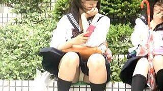 【盗撮】風が強い日に座りパンチラ晒して隠し撮りを煽ってる確信犯的な小悪魔女子校生♪