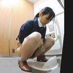 【盗撮動画】最新式なのになぜか便器は和式なトイレでオシッコしてる女子たちを隠し撮り♪