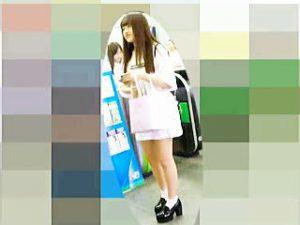 【盗撮】パンチラが見えづらいスカパン穿いててむしろ攻めの逆さ撮りされてる女の子♪