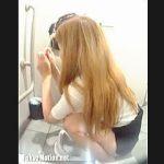 【盗撮動画】激混み和式トイレでスマホ弄りながら長々とウンコしてる迷惑金髪ギャルを晒す♪