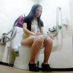 【盗撮動画】いつもとは勝手が違うただっ広い多目的トイレでオシッコしてる淑女たち♪