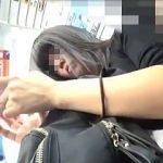 【盗撮動画】完全スマホ中毒の黒髪女子大生を逆さ撮りしてる完璧パンチラ中毒な撮り師♪