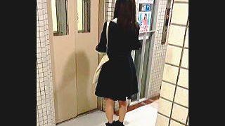 【盗撮動画】密室エレベーター内でスカメクパンチラするほうもされるほうも強メンタルな件♪