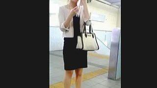 【盗撮動画】引かない汗を拭きながら佇んでる女子の湿気満載のパンチラをスカメク撮り♪