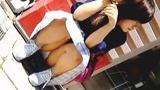 【盗撮動画】待ち合わせしてる女の子がしゃがみパンチラで日曜の朝を桃色に染めてますた♪