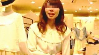 【盗撮動画】プリケツな店員さんが好みだったのか二日に渡ってパンチラを撮った逆さHERO♪