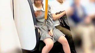 【盗撮動画】健康的な美脚を魅せつける女の子の若々しいパンチラを追跡逆さ拝み撮り♪