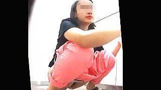 【盗撮動画】最新式なのに和式便器を採用してる女子トイレでオシッコ姿を撮られた女子たち♪