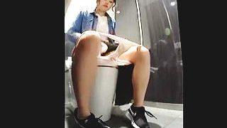 【盗撮動画】ファッションビル内にある女子トイレには最新設備と共にカメラも完備してる件♪