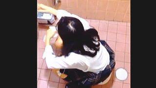 【盗撮動画】公衆トイレでオシッコしてる恥ずかしい姿をフリーハンドで撮られたJKたち♪