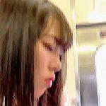 【盗撮動画】ガラガラの電車内でJKにパンチラ撮りどころか痴漢までしてる無鉄砲な撮り師♪