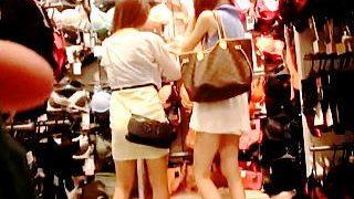 【盗撮動画】店員さんのパンチラ目的だったが糞エロい女子たちを見掛けてターゲットチェンジ♪