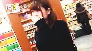 【盗撮動画】書店にやって来た女子大生の太ももの奥に君臨する純白パンチラを逆さ撮り♪