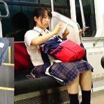 【盗撮動画】リュックに精子をかけられて電車内で拭き拭きしてる女子校生を撮ってる犯人♪