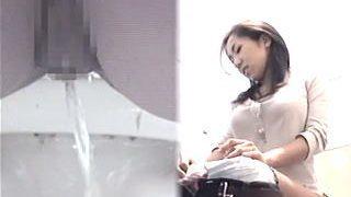 【盗撮動画】クラブの女子トイレでオシッコシーンの一部始終を隠し撮られたパリピ女子♪