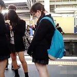 【盗撮動画】通勤で利用する駅でガチ女子校生たちの生パンチラが毎朝拝める勝ち組撮り師♪