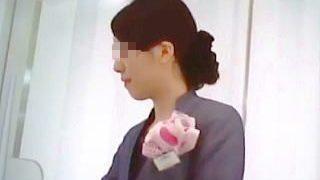 【盗撮動画】高級コスメショップの清楚な店員さんのパンスト越しの麗しいパンチラ逆さ撮り♪