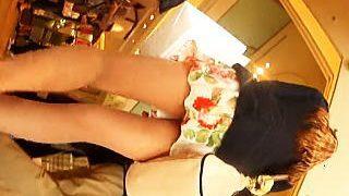 【盗撮動画】美脚+ヒラヒラ+花柄ミニスカート+ショッピング=パンチラターゲット確定♪