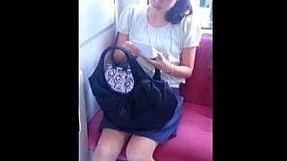 【盗撮動画】電車でメイクのお直ししてる不躾な女子をパンチラ逆さ撮りで諫める古風な撮り師♪