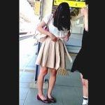 【盗撮動画】パンチラに熱視線を浴びてできれば視姦もされたいと望んでる女子を逆さ撮り♪