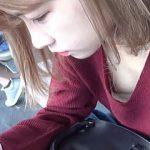 【盗撮動画】駅のホームでスマホに熱中してる女の子がノーフィットブラで微乳を胸チラ中♪