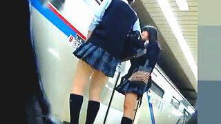 【盗撮動画】駅のホームや街中で自然発生的に見せつけるJKやギャルたちのエロパンチラ♪