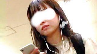 【盗撮動画】電車内で学生の本分をわきまえた清潔なパンチラを撮られた清純派女子大生♪