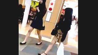 【盗撮動画】仲良くショッピングしてる女子たちも下半身では苛烈なパンチラバトルしてる件♪