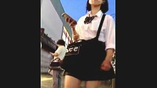 【盗撮動画】街灯に照らされた生脚も魅力的な部活帰りの女子校生の健全なパンチラ♪