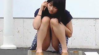 【盗撮動画】駐車場で電話しながらホンワカしゃがみ生パンチラしてる女の子の緩い日常風景♪