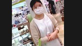 【盗撮動画】買い物中の主婦っぽい普通の女性のパンチラには普通ならではの興奮を感じる件♪