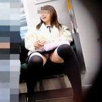 【盗撮動画】電車の対面で隣に彼氏がいるのにパンチラトラップ仕掛けてきた女子との攻防戦♪