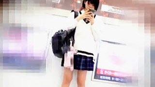 【盗撮動画】学生らしい爽やかなパンチラで朝からリーマンたちの目を癒してくれる女子校生♪