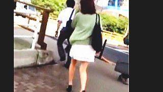 【盗撮動画】ユルふわミニスカート穿いた美脚女子はパンチラ観られたい願望が強めな件♪