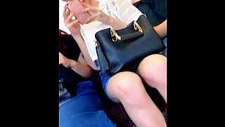 【盗撮動画】対面に座ったら誰もが▽ゾーンに目が行くムチッと感が堪らない生脚の女の子♪