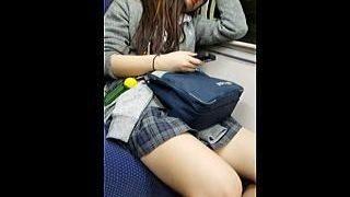 【盗撮動画】電車のボックスシートでエッチフェロモン全開にして煽りに煽って来る悪意のJK♪