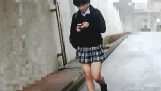 【盗撮動画】完全ヌキ仕様に編集された帰宅途中女子校生のスカメク縞々パンチラ絶景♪