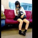 【盗撮動画】電車で生脚を盛大に露出させてパンチラよりも視姦歓迎をアピールしてる女子校生♪