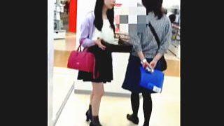 【盗撮動画】フレアのミニスカートからスラリと覗く美脚も麗しいお嬢様の美尻パンチラ♪