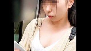【盗撮動画】乳首もコンニチハ!吸い付きたくなるような美乳を惜しげもなく晒してる女の子♪