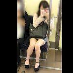 【盗撮動画】膝枕して欲しい衝動に駆られる艶めかしい美脚女子の天然パンチラアピール電車♪