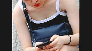 【盗撮動画】うっかり胸チラ晒して長々と撮られてる変にセクシーなショートカット女子♪