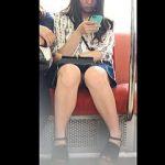 【盗撮動画】お母さんとお出かけで電車に乗った私服JKの健康的で若々しいパンチラ♪