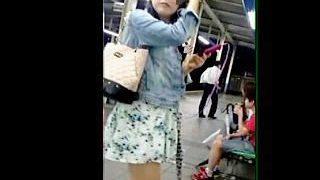 【盗撮動画】駅のホームで電車を待つ女子たちのスカート捲って念願のパンティ拝み撮り♪